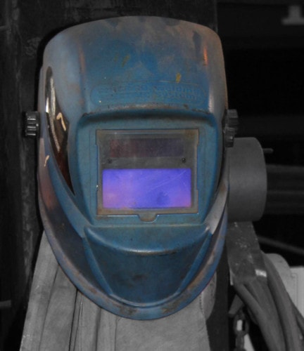variable-shade lens welding helmet