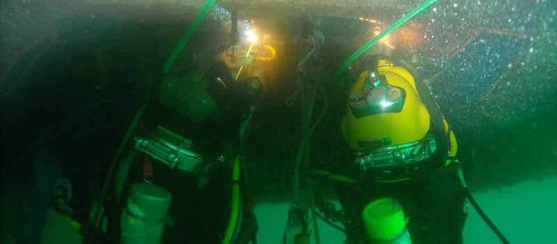 underwater_welders_together